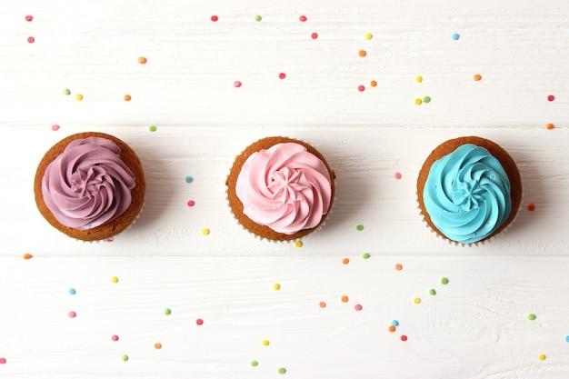 흰색 바탕에 맛 있는 컵 케이크. 고품질 사진