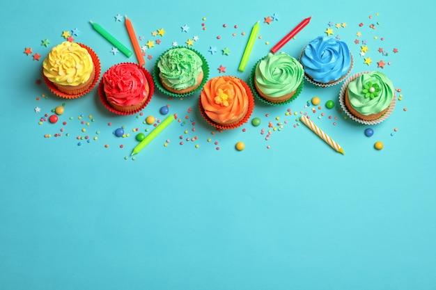 색상에 맛있는 컵 케이크