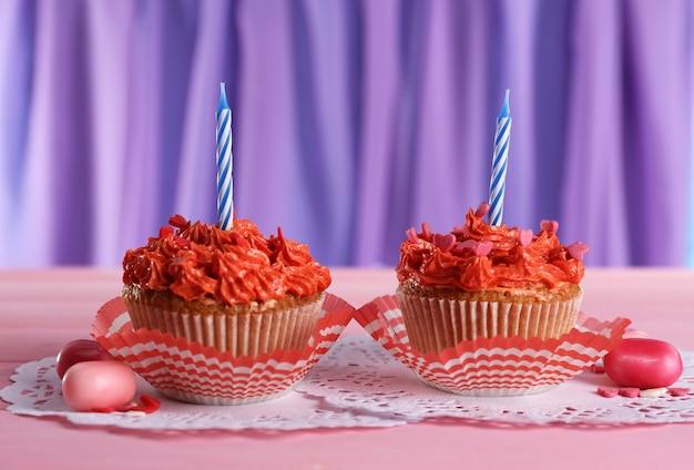 テーブルの上のおいしいカップケーキ、クローズアップ
