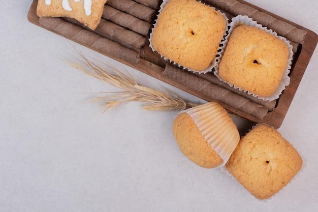 Gustosi cupcakes sulla superficie bianca