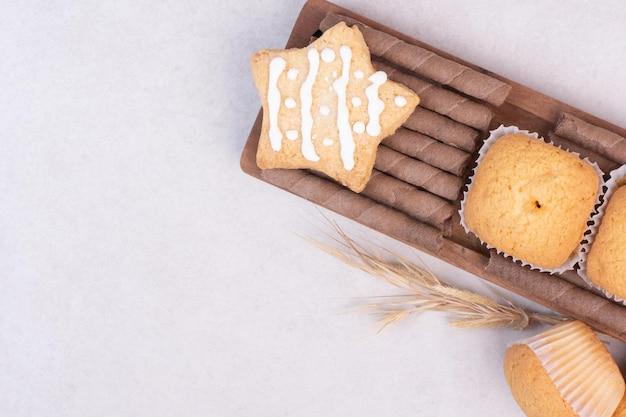 Gustosi cupcakes sul tavolo bianco. Foto Gratuite