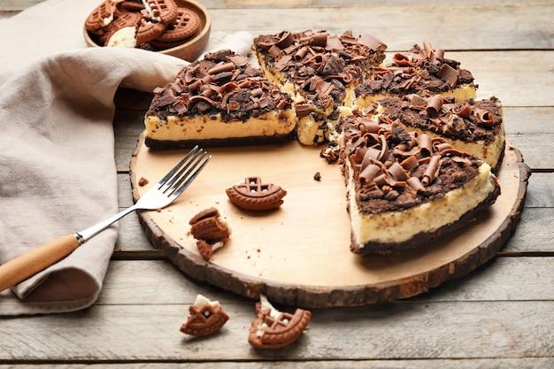 テーブルの上のおいしいカットチョコレートチーズケーキ