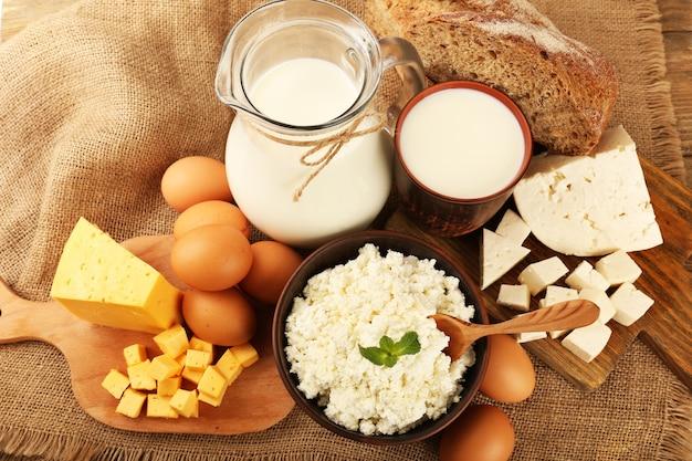 Вкусные молочные продукты с хлебом на столе