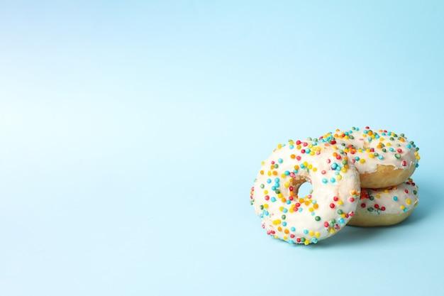 Вкусные пончики на двухцветном фоне, место для текста