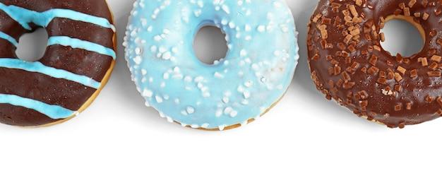 Вкусные пончики на белом пространстве
