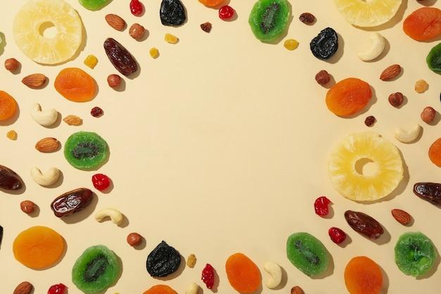 ベージュ色の背景、テキスト用のスペースにおいしいドライフルーツ