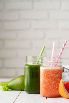 Вкусные напитки с листьями и грейпфрутом