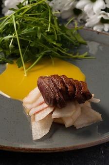キャラメリゼした洋ナシとルッコラを添えたおいしい鴨胸肉