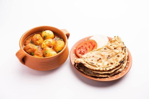 おいしいダムアルーまたは丸ごとのジャガイモのスパイシーなカレーは、インドで人気のメインコースのレシピです