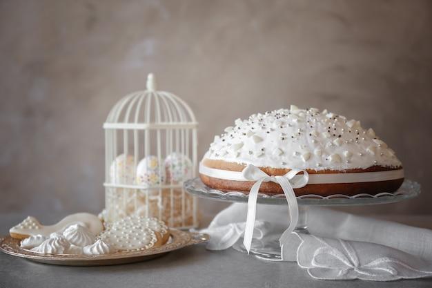 밝은 배경에 쿠키가 있는 맛있는 부활절 케이크