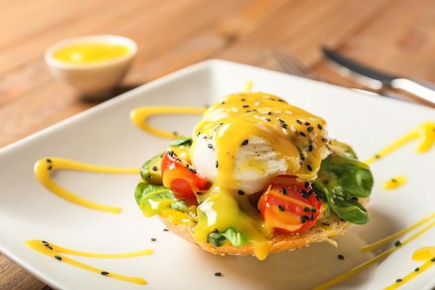 Вкусное яйцо бенедикт на тарелке, крупным планом