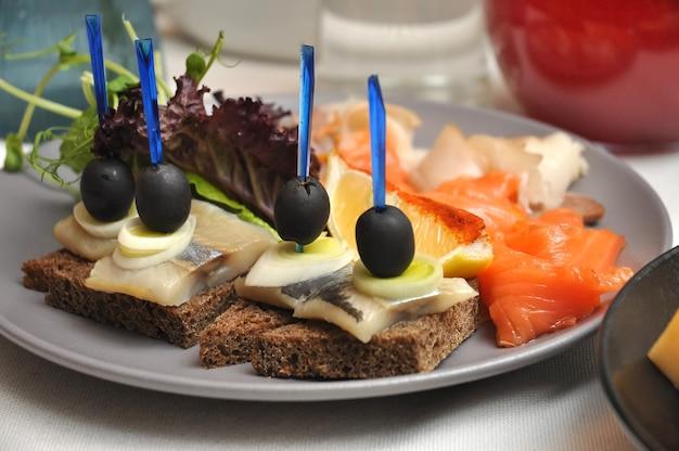 Вкусные рыбные закуски на банкете в ресторане крупным планом
