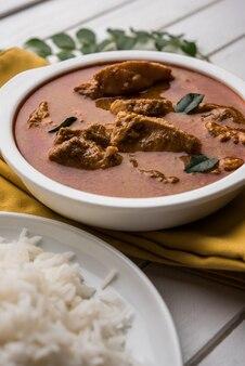 おいしい魚のカレーと、カレーの葉を背景にした白く調理されたバスマティライス、お気に入りの沿岸インド料理