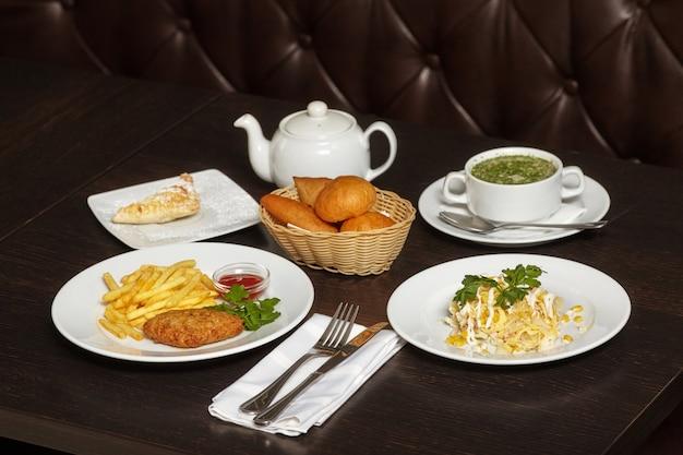 Вкусная еда, комплексный обед на деревянном столе