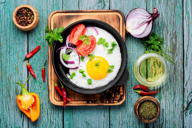 Вкусная еда жареного яйца