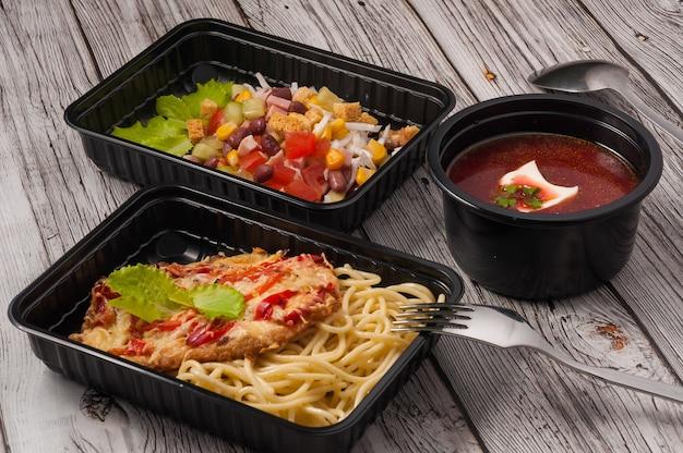 음식 배달로 플라스틱 용기 개념의 맛있는 음식