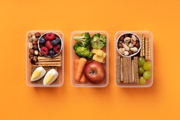 Disposizione di scatole per il pranzo di cibo gustoso sopra la vista