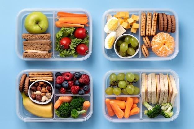 Disposizione di scatole per il pranzo di cibo gustoso