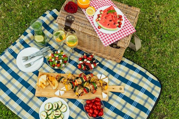 Вкусная еда на пледе для пикника