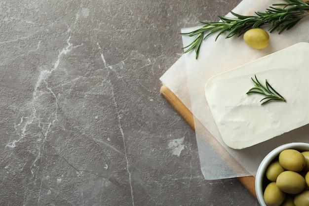 灰色の織り目加工の表面にフェタチーズを使ったおいしい料理