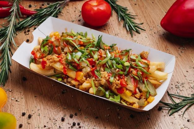 상자에 맛 있는 감자 튀김 푸틴