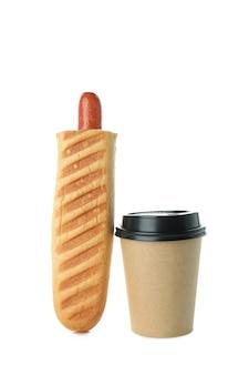 Вкусный французский хот-дог и кофе, изолированные на белом фоне