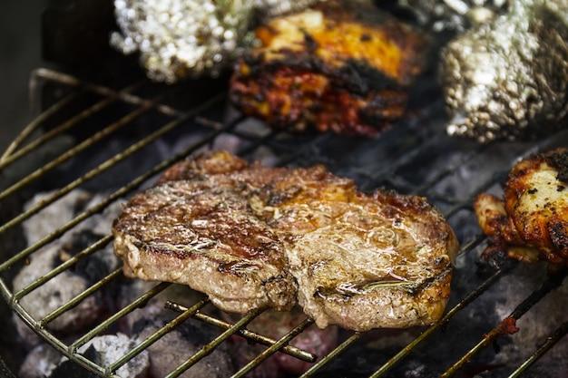 Вкусная свежая аппетитная мясная говядина на гриле, приготовленная на открытом огне на решетке гриля. природа. крупный план.
