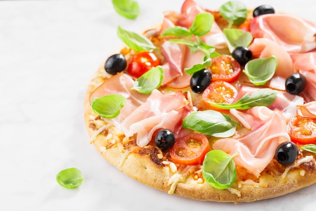 大理石のテーブルでおいしい焼きたてのピザ