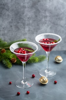 クランベリーを添えたおいしいフレッシュクリスマスカクテルをグラスでお召し上がりいただけます。閉じる