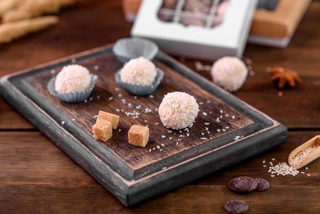 チーズを詰めてコンクリートのテーブルに振りかける、おいしい新鮮な手作りの甘いキャンディー