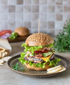 Вкусный свежий домашний бургер из говядины концепция быстрого питания и нездоровой пищи