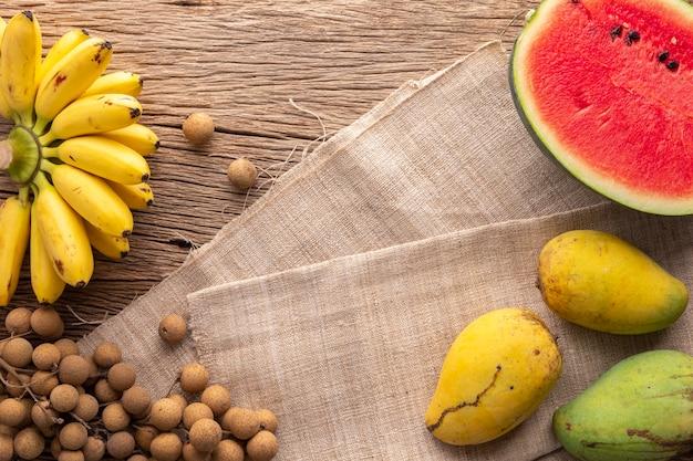 素朴な天然木に様々なトロピカルフルーツ、バナナ、リュウガン、スイカ、マンゴーをフレッシュにミックスしたおいしい