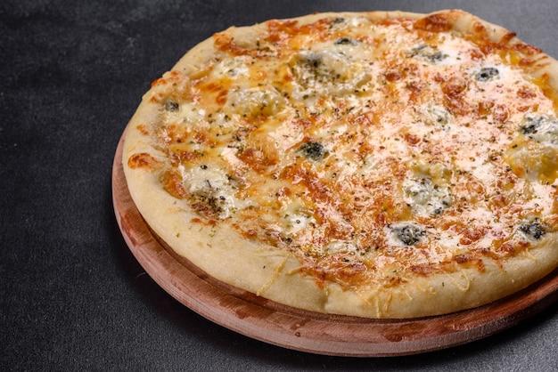 Вкусная свежая запеченная пицца с помидорами, сыром и грибами. итальянская кухня