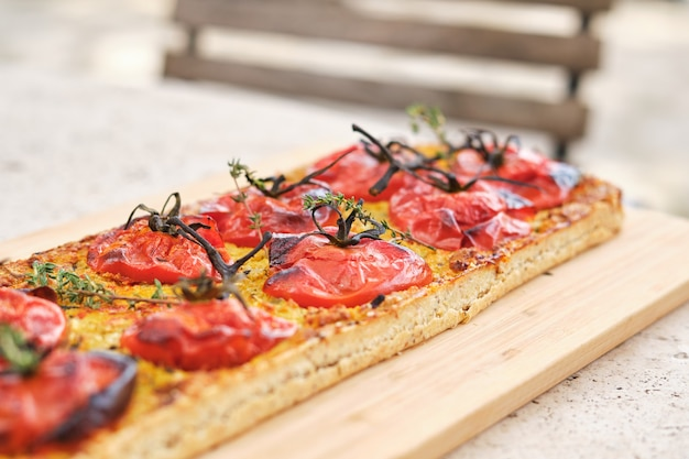 Вкусная свежая пицца на деревянной доске