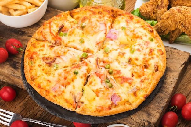 テーブルの上のシーフードとおいしい新鮮なピザ
