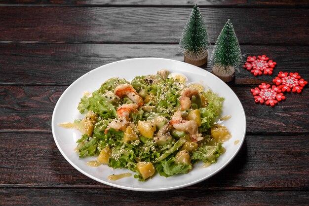 크리스마스 테이블을 위해 준비된 맛있는 신선한 샐러드. 축제 테이블 준비