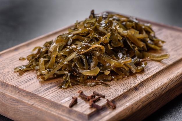 Вкусная свежая морская капуста, готовая к употреблению. здоровая вегетарианская пища с содержанием йода