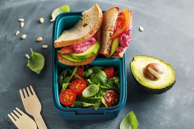 맛있는 신선하고 건강한 채식 점심 도시락 상자에 제공됩니다. 확대.