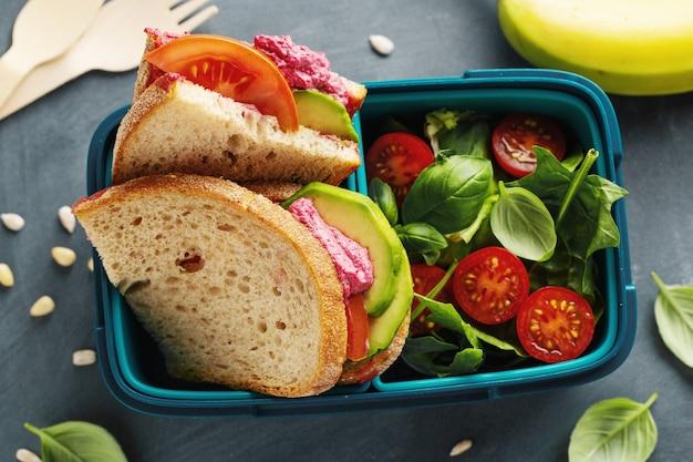 Вкусный свежеприготовленный здоровый веганский обед с собой подается в ланч-боксе. крупный план.