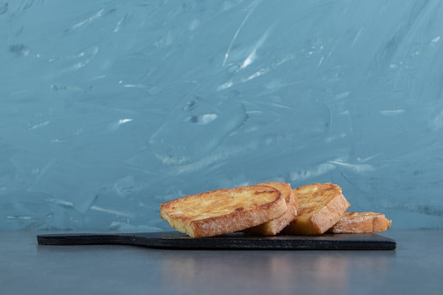 Pane fritto saporito con l'uovo sul bordo nero.