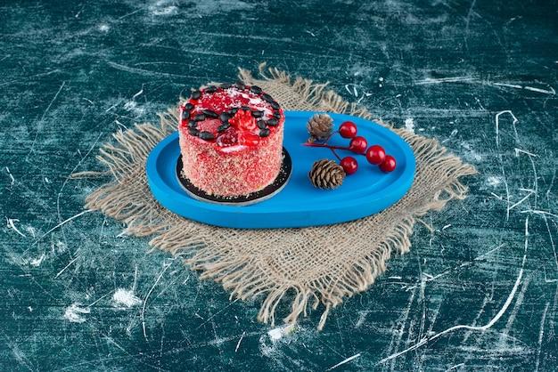 Gustosa torta di frutta con pigne di natale su un sacco. foto di alta qualità