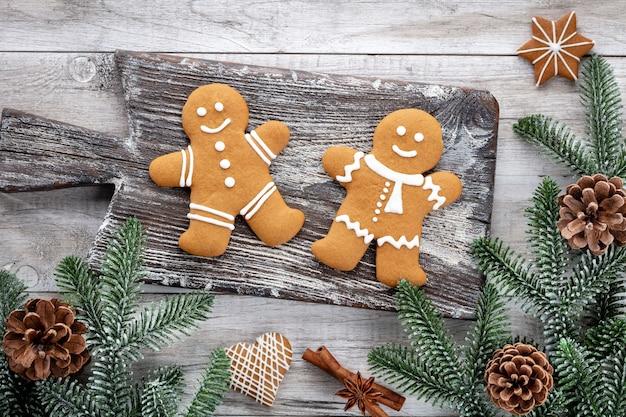 木製の背景においしいジンジャーブレッドクッキーとクリスマスの装飾。