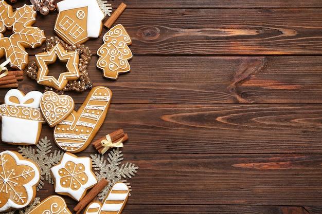 나무 표면에 맛있는 진저브레드 쿠키와 크리스마스 장식