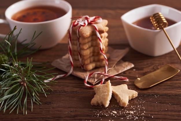 クリスマスの準備ができているおいしいジンジャーブレッドクッキー