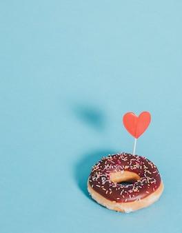 하트로 장식된 맛있는 글레이즈드 도넛