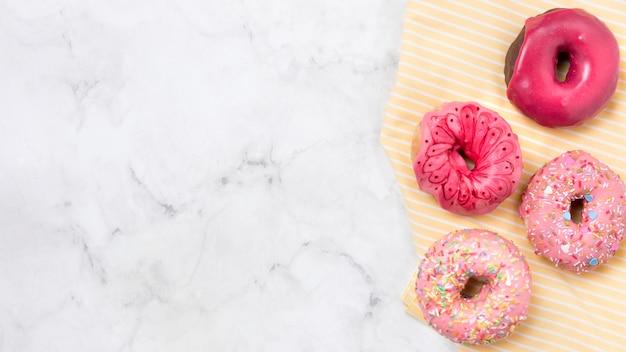 Вкусные глазированные пончики копией пространства