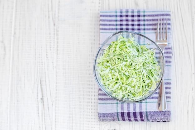 Вкусный салат из зеленой капусты в стеклянной посуде. вид сверху. копировать пространство