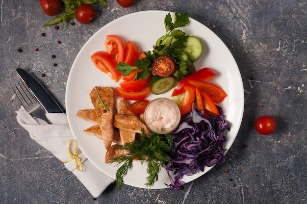 신선한 야채와 함께 맛있는 구운 닭 가슴살. 평면도