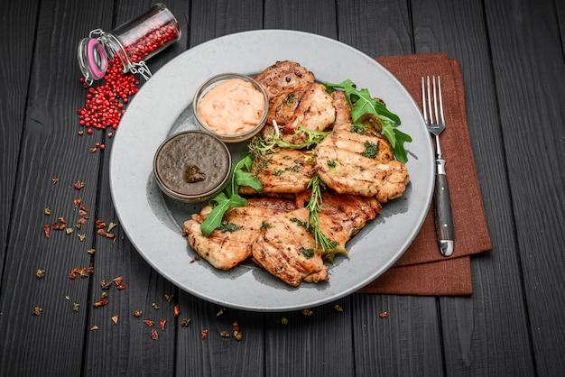 Вкусное куриное филе на гриле и перец на тарелке на столе. горизонтальный вид сверху