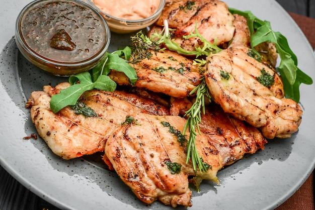 맛있는 구운 된 치킨 필렛 및 칠리 고추 테이블에 접시에. 위에서 가로보기